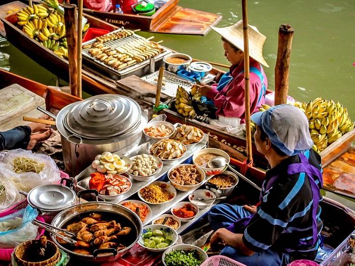 Сырые фрукты и овощи не единственное, что продается на плавающих рынках Таиланда – тут также можно купить горячие супы и готовые блюда.