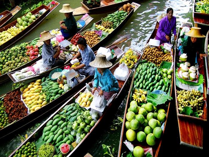 Канал Клонг (Дамноен Садуак), в котором располагаются плавучие рынки, был построен, чтобы связать реки Тха Чин и Mae Клонг.
