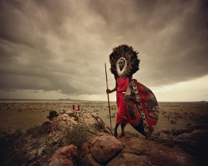Масаи свободно перемещаются по саванне, переходя с места на место, из одной страны в другую, не обращая внимания на государственные границы и таможенные правила.