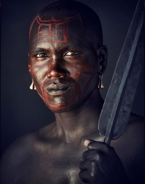 В период ритуального праздника мужчины разрисовывают себе лица красными знаками.