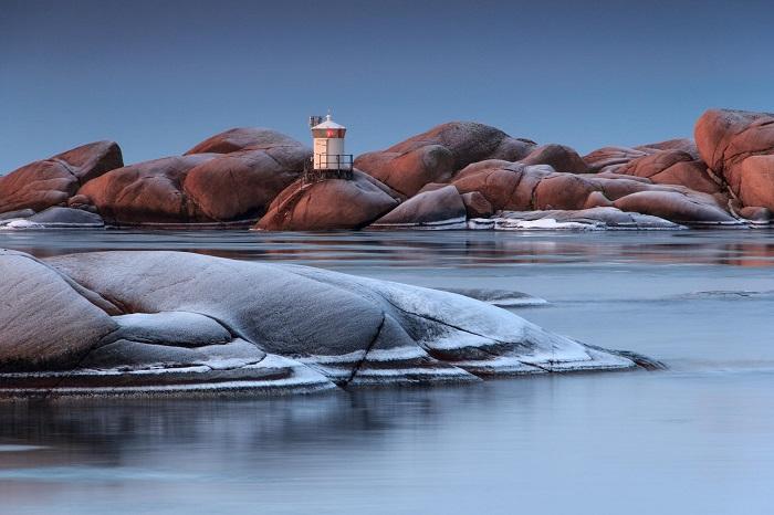 Красивый маяк расположен на острове Стенгхолмен, рядом с небольшим городком Люсечиль, Швеция.