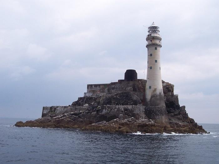 Маяк расположенный на островке в Атлантическом океане.
