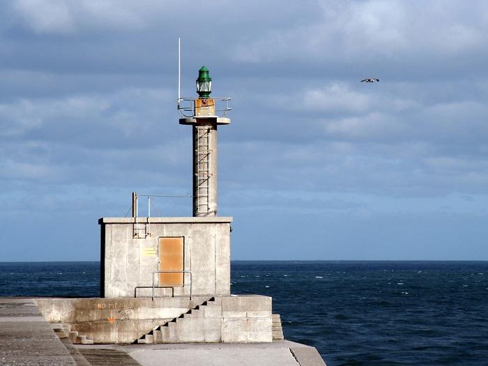 Город Сан-Эстебан-де-Правиа расположен на астурийском побережье Испании, а одноименный маяк находится в западной части плотины у входа в городской порт.