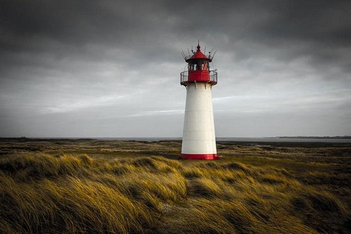 Красивый бело-красный маяк расположен на острове Зюльт, в округе Шлезвиг-Гольштейн, Германия.