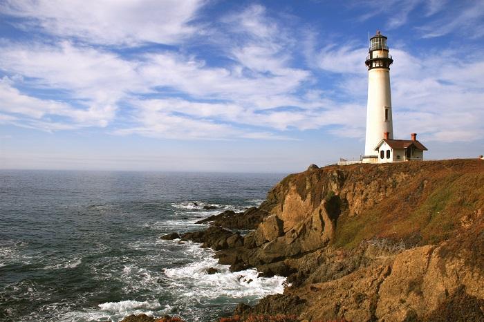 Маяк Пиджен-Пойнт был построен в 1871 году, на западном побережье Соединенных Штатов, между Санта-Крус и Сан-Франциско. Из-за своего удачного расположения и легкого доступа к главному шоссе, маяк привлекает множество туристов.