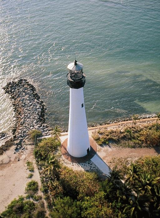 Исторический маяк на мысе в национальном парке, недалеко от которого выставлены отдельные части и их макеты вместе с информацией об истории маяка и его реконструкции.