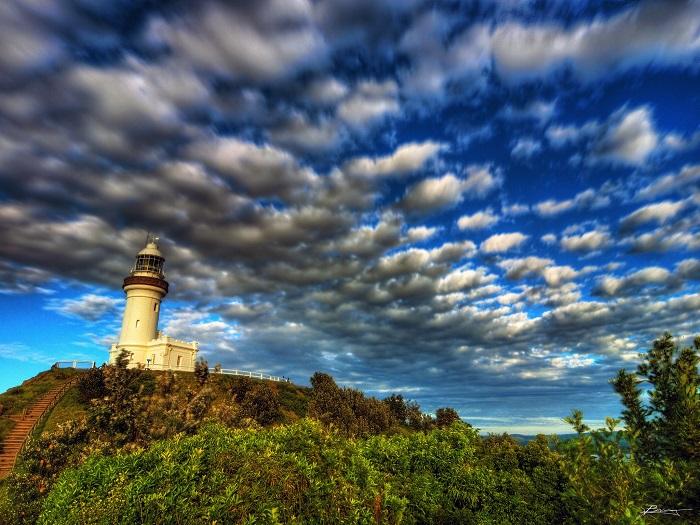 Действующий маяк, который находится на мысе Байрона, Новый Южный Уэльс, Австралия и используется в качестве основы для наблюдения за китами, а также является одним из самых посещаемых туристами мест.