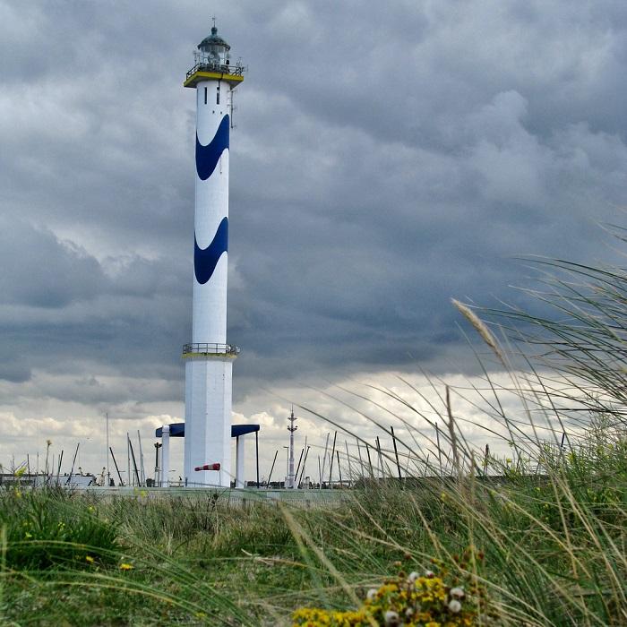 Знаменитый бельгийский маяк перестраивался два раза, после разрушений в Первой и Второй мировой войне. Последний вариант был установлен в 1948 году, его высота составляет 65 метров.