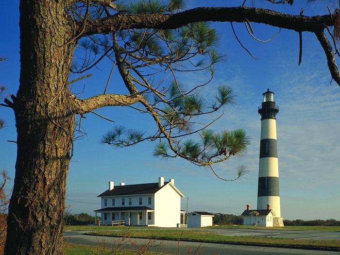 История маяка началась в 1789 году, когда на мысе Хаттерас американцы нашли нужное место, для устойчивого сигнала башни.