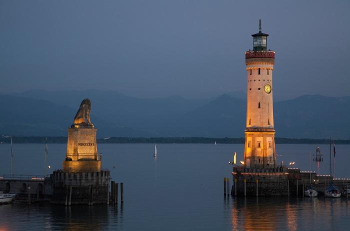 Линдау - старинный немецкий город, который на сегодняшний день входит в округ Бовария. Самые знаменитыми и узнаваемыми являются два исторических памятника, это статуя льва и маяк, воздвигнутые в 1856 году.
