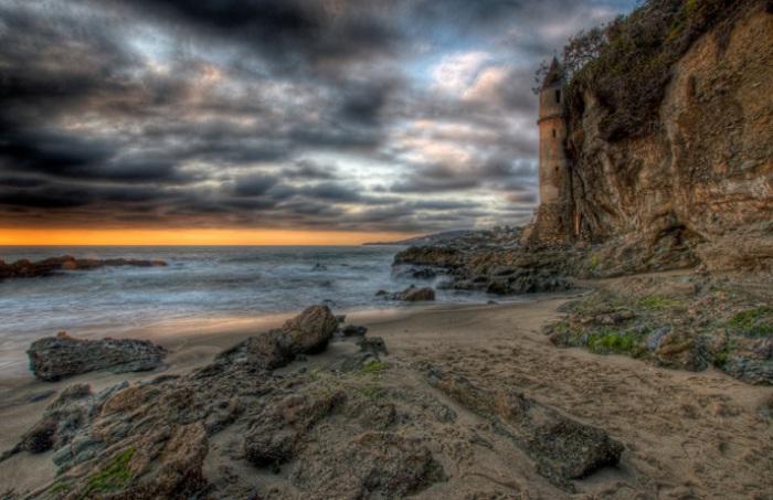Знаменитым маяком на пляже в Калифорнии считается 60-метровая старинная башня, которая была построена в 1926 году, сенатором из Лос-Анджелеса, как закрытая лестница к пляжу.