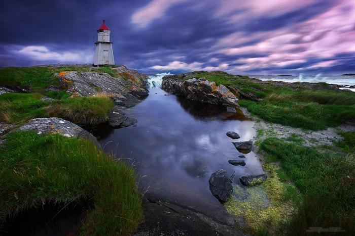 Небольшой, полностью автоматизированный маяк, высотой всего семь метров, стоит рядом с городом Олесунн в Норвегии.