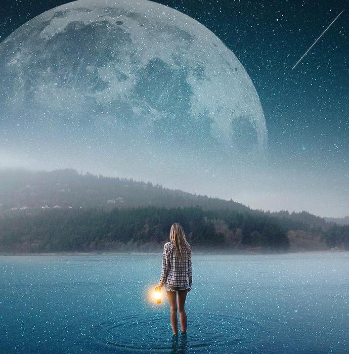 Одиночество среди света далеких звезд, отраженных в тихой водной глади спокойного озера.