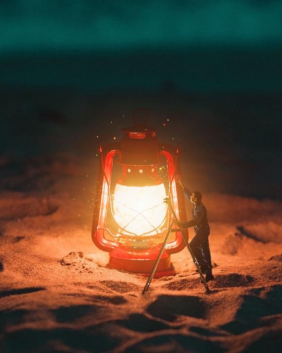 Сервисное обслуживание огромного фонарика, установленного среди песков специально для насекомых.