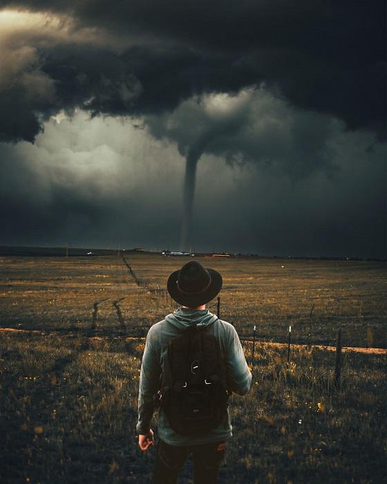 Впечатляющая атмосферная работа с потемневшим и грозным небом, которое стало предвестником надвигающегося разрушительного торнадо.