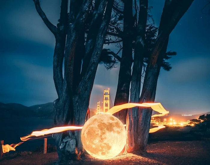 Большое путешествие маленькой Луны, оставляющей после себя следы в виде светящейся огненной ленты.