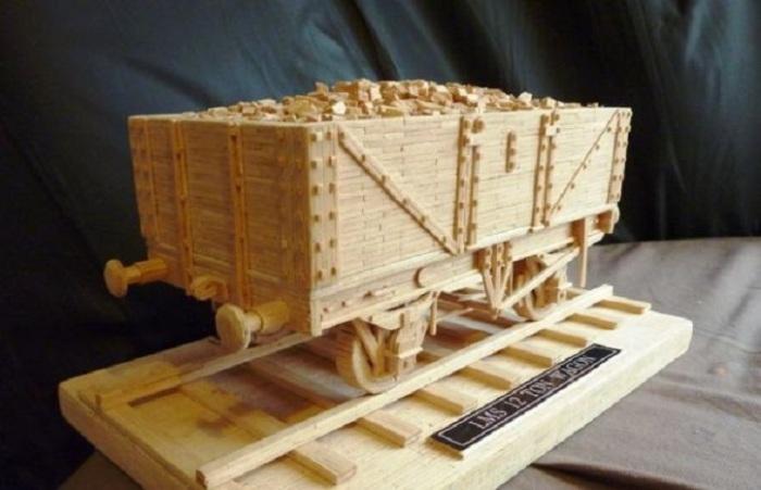 Грузовой вагон, который используется для перевозки каких либо грузов, товаров.