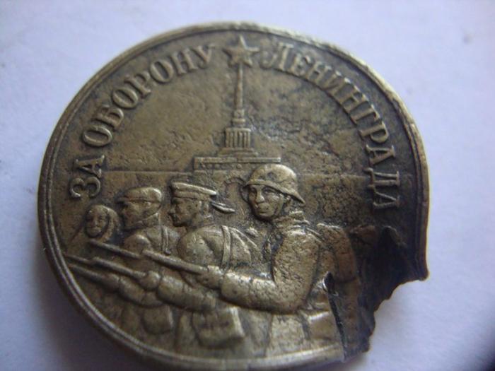 Медаль вручалась всем военным и гражданским лицам, участвовавшим в действиях, по отражению атак немецких захватчиков и державших оборону города с сентября 1941 по январь 1944 года.