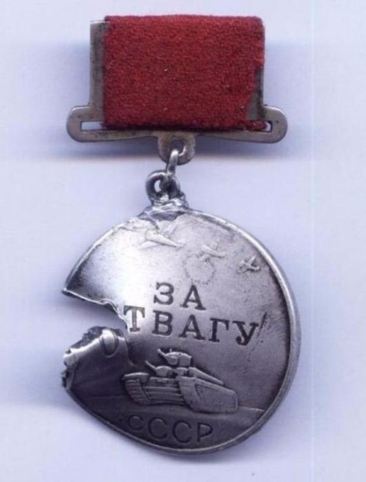 На лицевой стороне медали изображены три летящих самолёта, а на реверсе — номер медали.