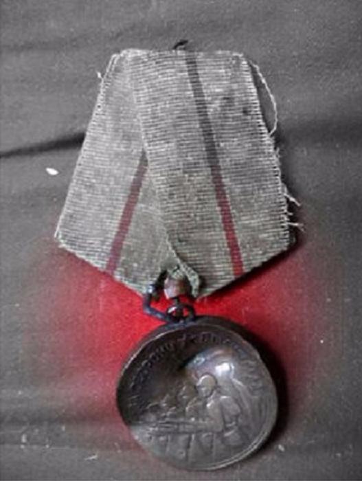 Медалью награждены все участники обороны Сталинграда - военнослужащие Красной Армии, Военно-Морского Флота и войск НКВД, а также лица из гражданского населения, принимавшие непосредственное участие в обороне.