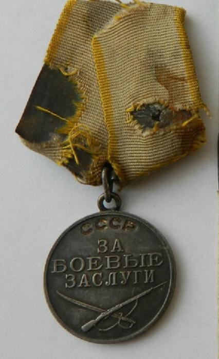 Медалью «За боевые заслуги» награждались военнослужащие за активное содействие успеху боевых действий, укрепление боевой готовности войск.