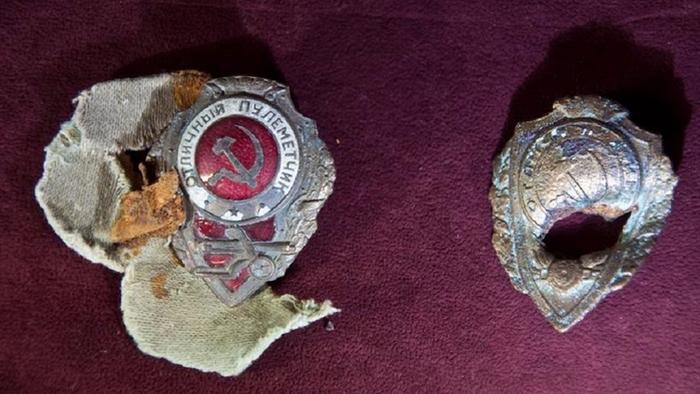Знаком награждались бойцы младшего командного и рядового состава за высокие показатели в стрельбе из станкового и ручного пулемета, с нанесением урона противнику.