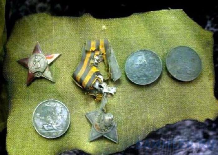 Медали, орден и «Красная Звезда» героев были найдены во время раскопок и при перезахоронении солдат.