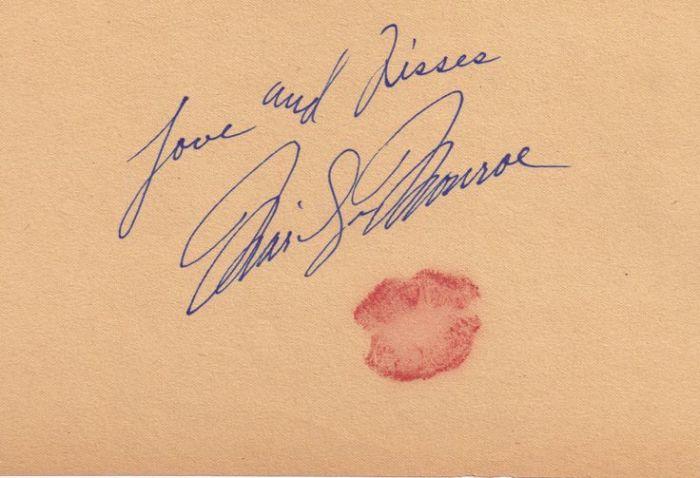 Американская актриса очень часто вместе автографом оставляла пожелания и отпечаток губ.