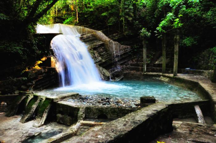 Сюрреалистический парк, созданный в 1947 году эксцентричным английским миллионером и меценатом Эдвардом Джеймсом, заполнен водопадами и бассейнами с бетонными скульптурами.