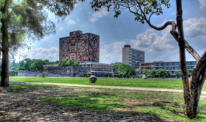 Главный кампус крупнейшего по количеству студентов университета в Северной и Южной Америке спроектирован в стиле модернизма, а в украшении главного олимпийского стадиона игр 1968 года, расположенного на территории городка, участвовал знаменитый Диего Ривера.