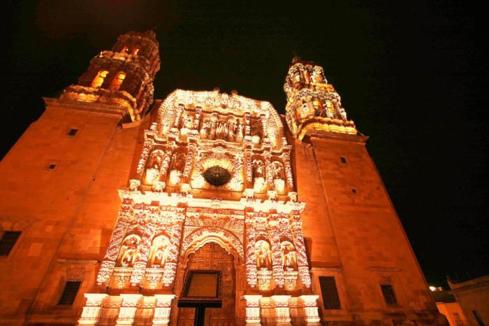 Собор Базилика де ла Асунсьон де Мария де Сакатекас является католической церковью и посвящен Богородице Успения, а главный фасад помещений известен как один из самых выдающихся примеров искусства барокко в Мексике.