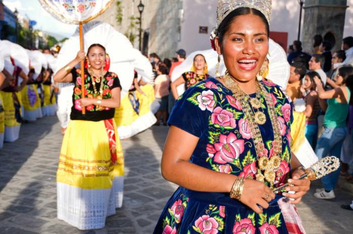 Исторически здесь сложилось матриархальное общество и именно мать выдает дочь замуж, а традиционный костюм теуаны до сих пор является очень актуальным – его носят все представительницы прекрасного пола.