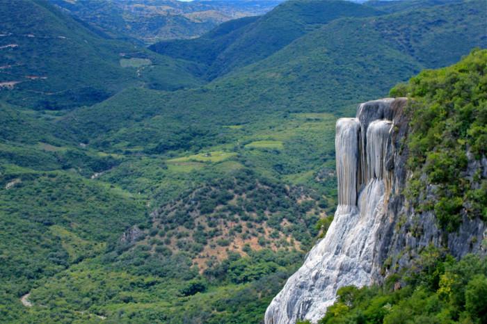 В 70-ти километрах от города Оахака расположены окаменевшие водопады, которые были  образованы потоком воды, насыщенной карбонатом кальция и другими минералами.