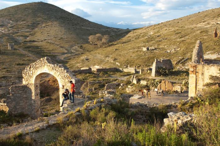 «Городок-призрак», который расположен в 260-ти километрах от города Сан-Луис-Потоси, ранее был процветающим благодаря расположенным рядом серебряным рудникам.