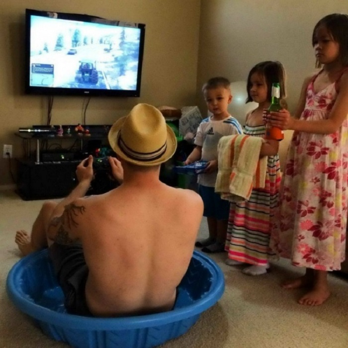 Дети, устроившие настоящий праздник отцу.