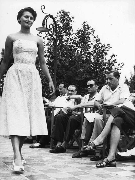 Но в 1950-м году обычная девушка, которую впоследствии будут называть «легендой кино», начинала свой путь с конкурсов красоты.