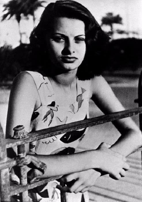 София Шиколоне, как некогда звали известную ныне актрису, в юности была высокой и стройной девушкой.