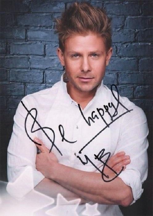 Российский певец и телеведущий отдает предпочтение компактной подписи, которую дополняет пожеланиями поклонникам.
