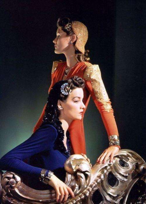 На снимке для журнала «Vogue» модели позируют в элегантных платьях и украшениях от Tiffany.