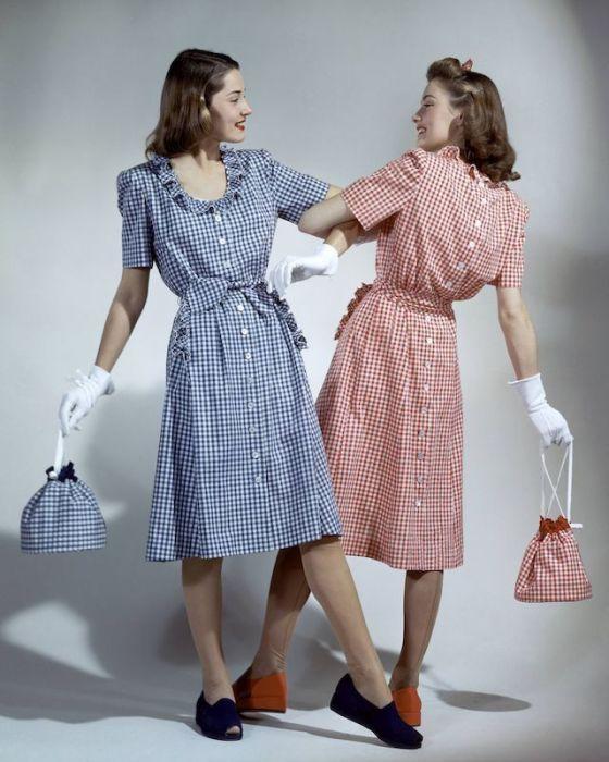 Девушки-модели в летних клетчатых платьях, декорированных рядами пуговиц и оборками, с сумочками-мешочками такой же расцветки.