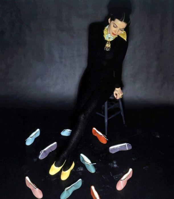 Снимок модели с балетными тапочками различных цветов, сделанный модным фотографом Джоном Ролингсом (John Rawlings).