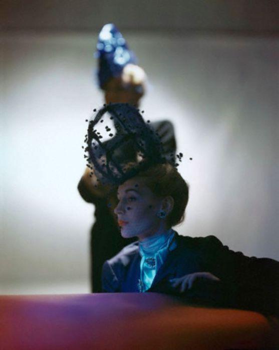 Модель в нестандартной шляпке с вуалью работы дизайнера Вальтера Флорела (Walter Florell).