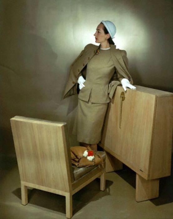 Модель в элегантном шерстяном костюме-тройке от дизайнера Веры Максвелл (Vera Maxwell).