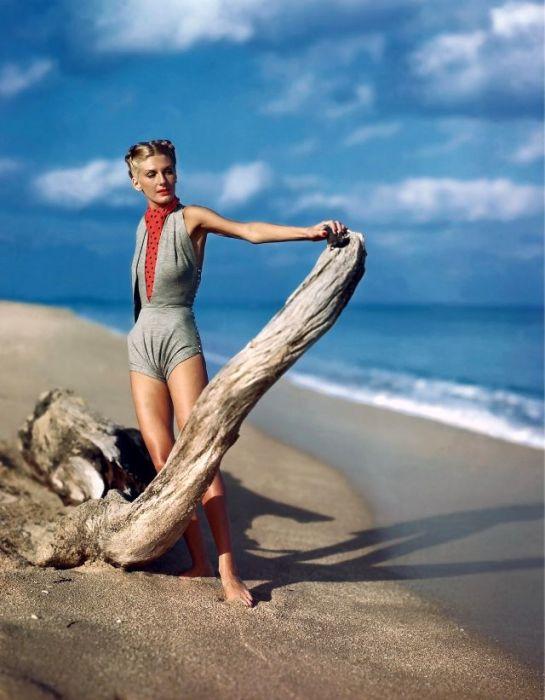 Актриса и модель Лиз Бенн (Liz Benn) позирует в сером купальном костюме от американского модного дизайнера Клэр МакКэрделл (Claire McCardell).