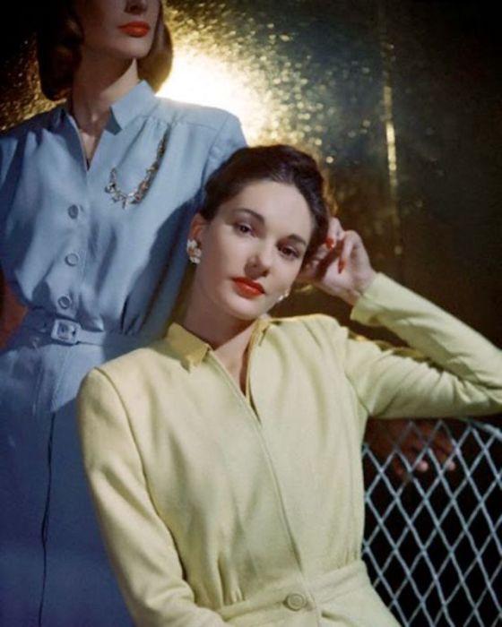 Модели позируют в платьях пастельных тонов, выполненных из искусственных материалов.