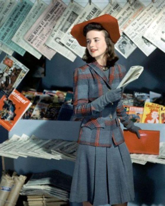 Дороти Шапард (Dorothy Shapard) в классическом сером платье с пиджаком в крупную трехцветную клетку.