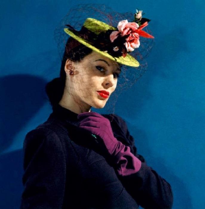 Модель в войлочной шляпке, декорированной объемными розами, миниатюрной птичкой колибри и лентой.