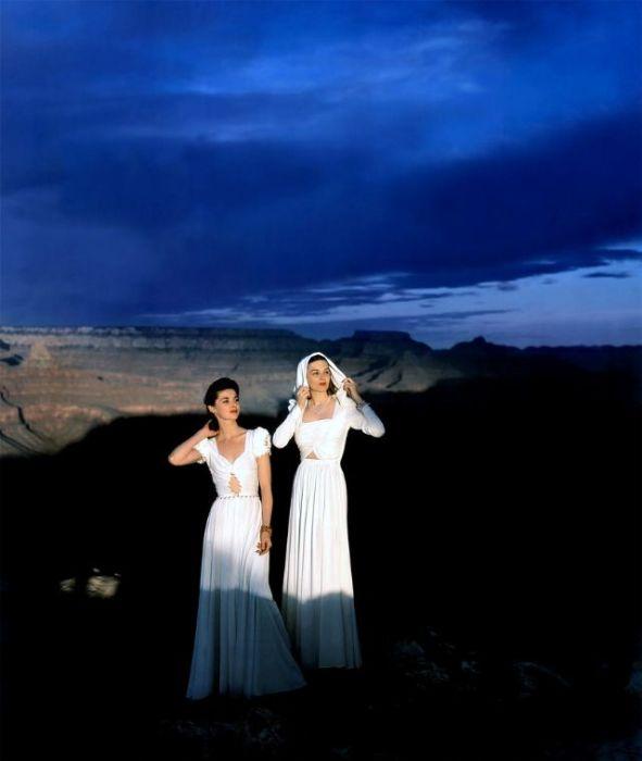 Девушки в длинных платьях с фигурными вырезами позируют в Гранд-Каньоне для страниц журнала «Vogue».