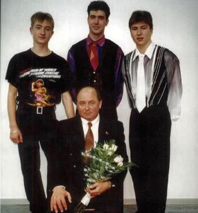 Будущая суперзвезда фигурного катания на групповой фотографии с Алексеем Мишиным – «Доктором ледовых наук».