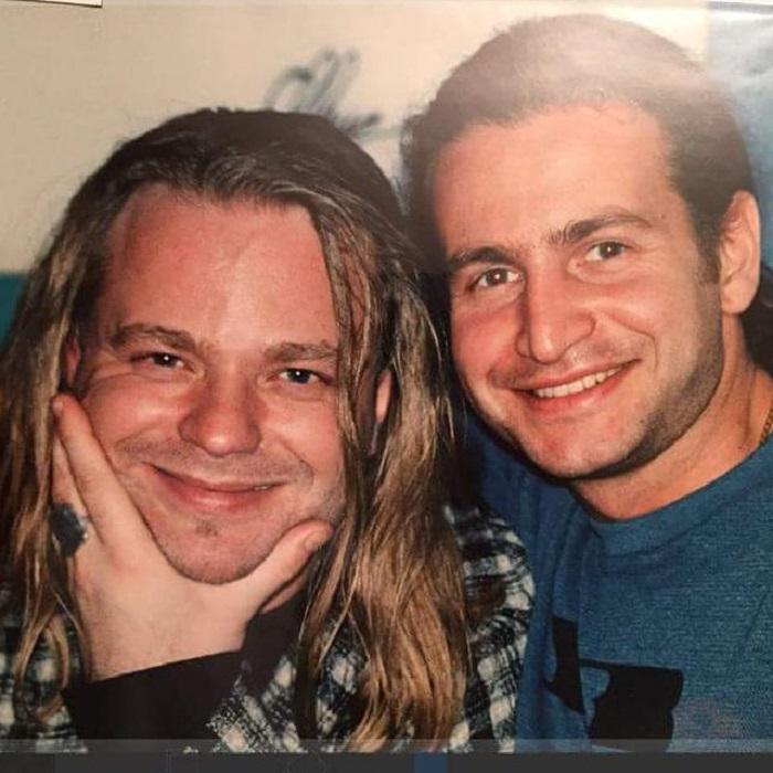 Этой фотографии, где запечатлены молодые и знаменитые друзья, уже 21 год.